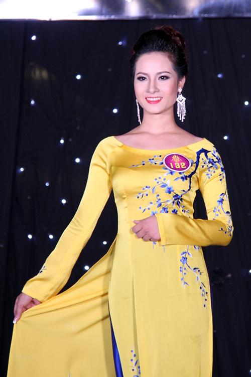 Thí sinh Lê Thị Khanh (SBD 132) lọt vào top 7 các thí sinh thể hiện tốt nhất 2 phần thi áo dài và trang phục dạ hội.