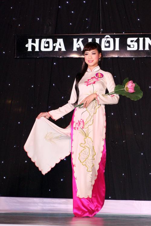Hoa khôi sinh viên Hà Nội 2013 e ấp trong tà bộ sưu tập áo dài hoa sen.