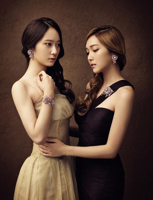 Vẻ đẹp nhẹ nhàng của 2 cô nàng rất hợp với những trang phục, trang sức duyên dáng như thế này,.