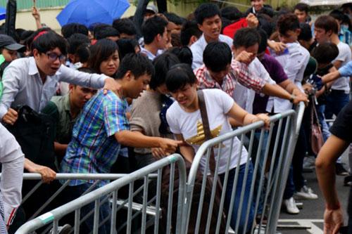 Một số bạn nôn nóng đã xô cả rào chắn tiến vào bên trong khu vực của ban tổ chức. Bảo vệ phải vất vả một hồi lâu để chấn chỉnh đám đông.