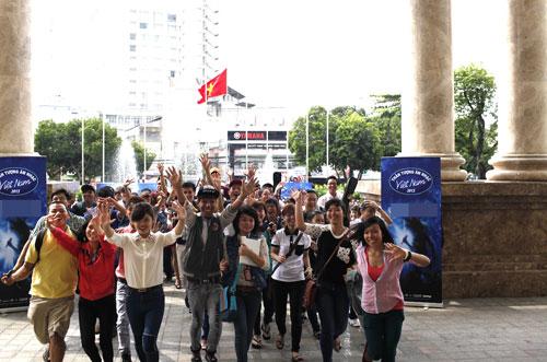 Sáng nay 14.10, ngày tuyển sinh đầu tiên của Vietnam Idol 2013 đã thu hút hàng ngàn thí sinh tham dự. Tuy nhiên, đến giữa trưa, số lượng thí sinh đứng chờ quá đông đã dẫn đến chen lấn, xô đẩy.