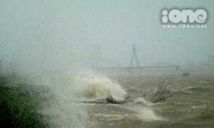 Đà Nẵng oằn mình chống bão