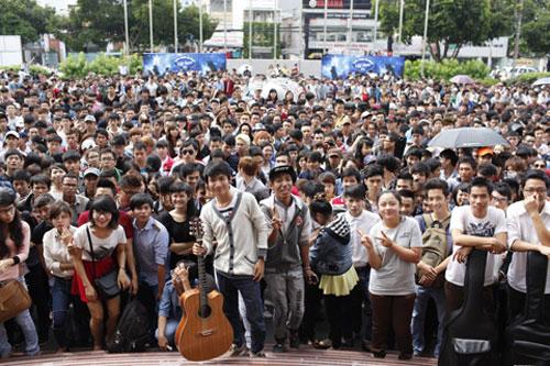 Nhiều bạn Đến gần 12 giờ trưa, số lượng thí sinh còn chờ bên ngoài vẫn lên đến hàng trăm, thậm chí cả ngàn người, dẫn đến chen lấn, xô đẩy ở khu vực xếp hàng.