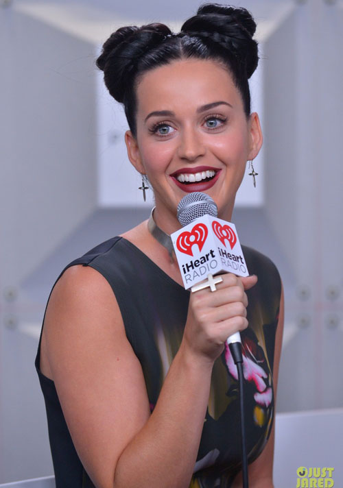 katy-perry-bares-midriff-at-ih-6028-3671