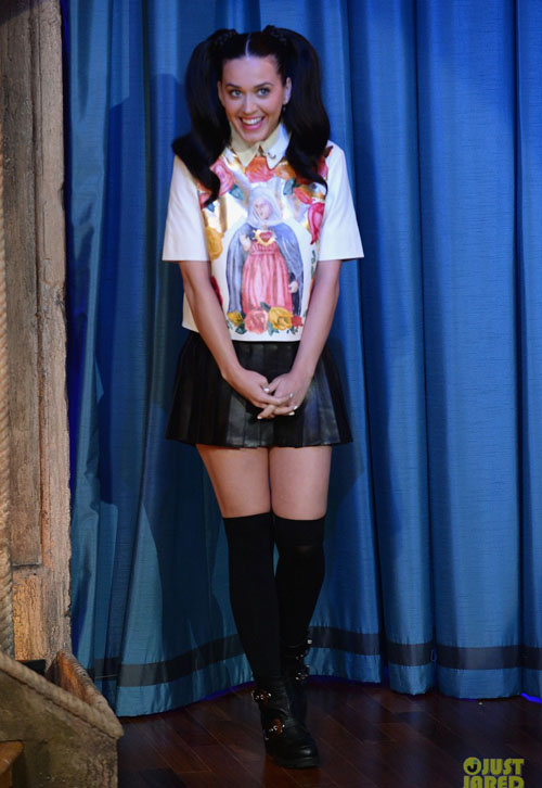 katy-perry-sticks-out-tongue-f-3420-9545
