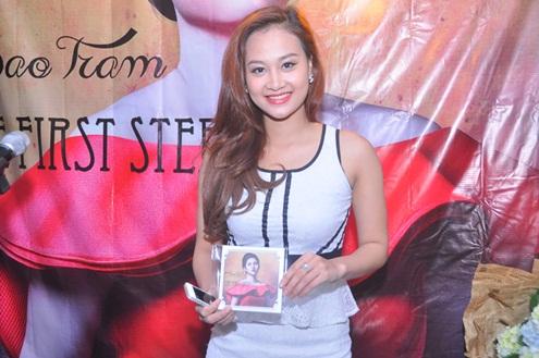 Ca sĩ trưởng thành từ The voice mùa đầu Hà Thúy Anh cũng có mặt để chung vui với Bảo Trâm. Cô hào hứng khi cầm trên tay single mới.