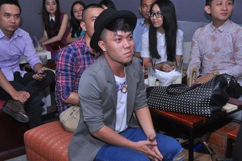 Nhà thiết kế Hà Nhật Tiến ngại ngùng thưởng thức chương trình. Anh cũng chính là người sát cánh cùng Bảo Trâm trong single này.