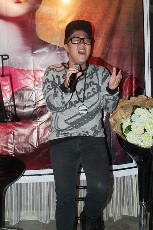 Trung Quân Idol đã mang đến Bảo Trâm món quà mừng đặc biệt khi bất ngờ lên sâu khấu thể hiện hai ca khúc Dấu mưa và Mưa nhớ.