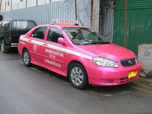 Cũng giống Việt Nam, Bangkok có nhiều hãng taxi. Taxi hồng là một trong những hãng có nhiều bác tài chịu chở meter nhé. Ảnh: Internet