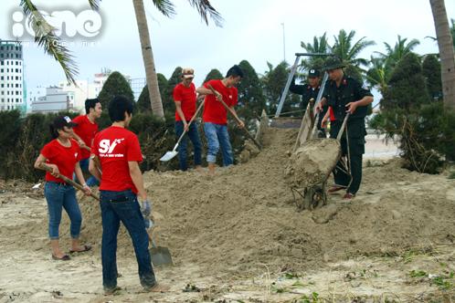 Các chiến sĩ cảnh sát, công an, bộ đội dọn dẹp đường phố, bãi biển cùng các bạn học sinh, sinh viên.