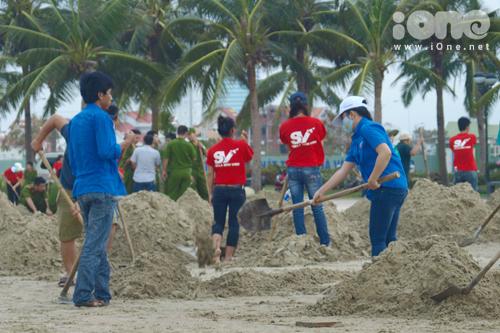 Do ảnh hưởng của bão, những cơn sóng lớn đã cuốn tung một lượng lớn cát biển văng xa vào bờ hàng chục mét.