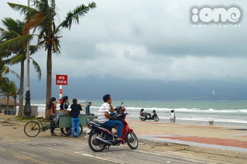 Người dân, các bạn trẻ ra biển dạo chơi ở bãi biển Mỹ Khê vào chiều 17/10.