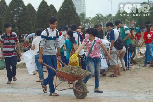 Từ sáng 16/10, hàng trăm học sinh, sinh viên đã ra quân dọn dẹp rác thải, đất đá, cát biển ở công viên biển Phạm Văn Đồng, đường Hoàng Sa, khu vực đường Hoàng Sa và Trường Sa.