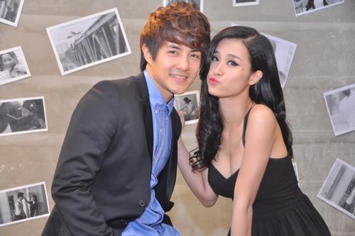 Sau khi được make up chỉnh chu, Ông Cao Thắng tự tin pose ảnh cùng bạn gái.