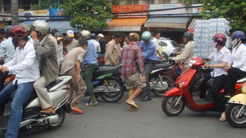 Một hình ảnh hoàn toàn không đẹp: không những bỏ mặc mà còn xát muối thêm khó khăn của nạn nhân bằng cách lao vào cướp tài sản của họ.