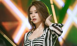 Ji Yeon (T-ara) tập tễnh biểu diễn trên sân khấu