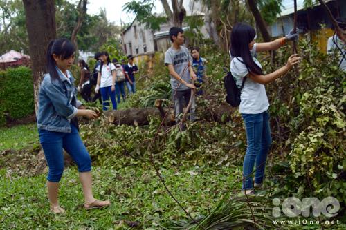 Nhiều bạn nữ hăng hái tham gia tình nguyện.