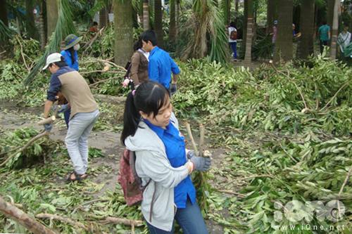 Các bạn trẻ mang theo bao tời, chổi xương, xúc rác, găng tay và xẻng đến lao động cùng các các cô chú công nhân, người dân. Ảnh: Thiên An.