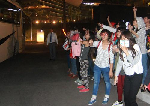 Gần 22h30, đoàn Hàn Quốc tháp tùng nhóm JYJ về khách sạn đi trên hai chiếc ô tô lớn. Mặc dù không có nhiều fan đứng tụ tập trước cửa khách sạn Marriot nằm trên đường Đỗ Đức Dục nhưng đoàn vẫn chọn cửa vào đặc biệt để tránh người hâm mộ gây ồn ào.