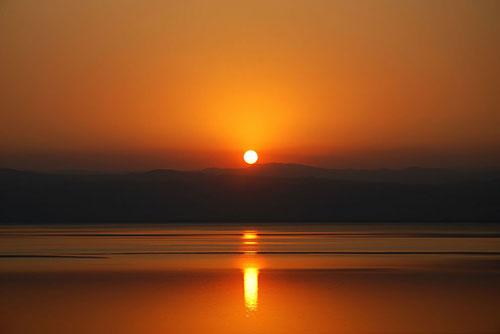 Cảnh bình minh rực rỡ ở biển Chết, biên giới giữa Bờ Tây, Israel và Jordan.