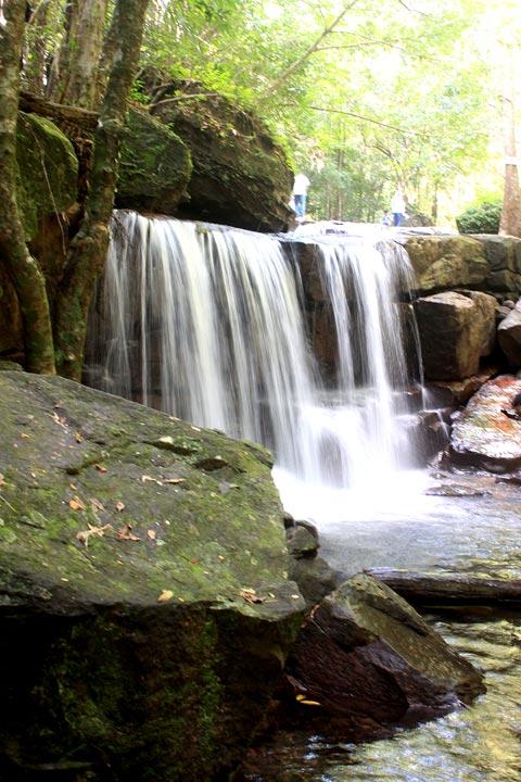 Một đoạn suối chảy qua các tảng đá tạo thành thác nước.