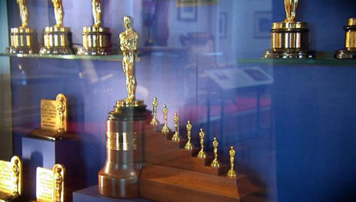 Phim Bạch Tuyết và Bảy chú lùn đã mang về cho Disney giải Oscar đặc biệt, bao gồm  một bức tượng Oscar truyền thống kèm theo 7 phiên bản nhỏ giống nhau nhằm tôn vinh bộ phim .