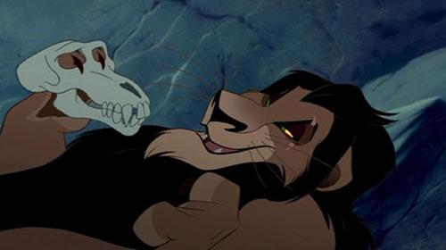 Cốt truyện của Vua sư tử được các nhà sản xuất mô phỏng theo nhân vật Hamlet trong vở kịch cùng tên viết năm 1601 của William Shakespeare. Câu chuyện kể về Hoàng tử xứ Đan Mạch bị mất cha không lâu thì Hoàng hậu nhanh chóng tái giá với người chú ruột.