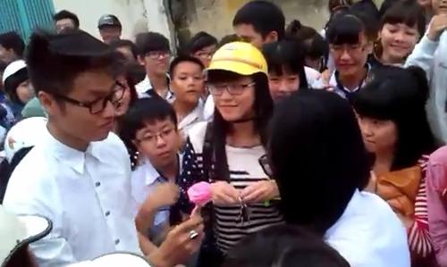 Được tỏ tình giữa đám đông, nữ sinh vẫn lắc đầu từ chối và bước đi. Ảnh chụp màn hình.