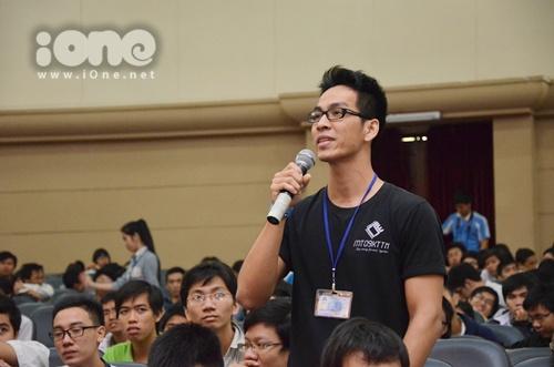 Sinh viên Bách khoa hào hứng đặt câu hỏi cho hai vị lãnh đạo.