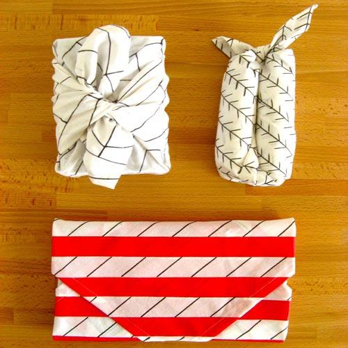 Tùy họa tiết và hoa văn của khăn mà bạn có thể gấp thành những tiếc túi rất thời trang nữa nhé.