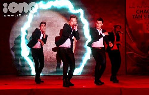 Tối 30/10, hơn 2000 teens Văn Hiến đã có cơ hội cháy hết mình trong buổi tiệc âm nhạc với chủ để Không gian Văn Hiến tại cơ sở  u Lạc (quận Tân Phú). Đây là một trong những hoạt động lớn và được tổ chức thường niên của trường để tạo khí thế cho năm học mới.