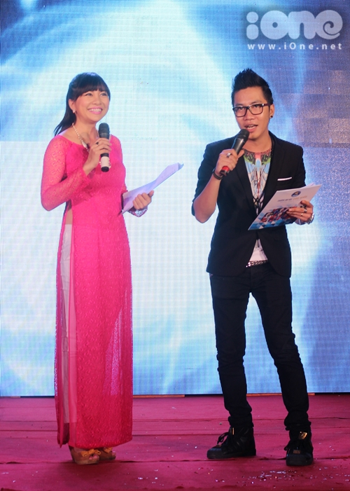 Cặp đôi MC Ngọc Tiên và Hoàng Rapper (cựu sinh viên khoa tiếng Trung của trường) đã có những màn tung hứng ăn ý làm không khí của chương trình thêm sôi động.