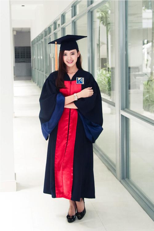 Sau 5 năm ngồi trên giảng đường, Midu đã nhận tấm bằng tốt nghiệp Đại học Kiến Trúc TP HCM.