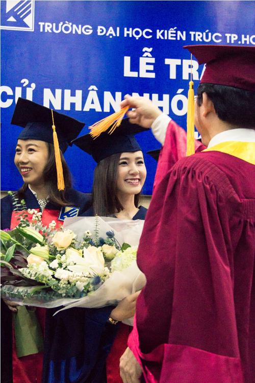 Nụ cười rạng rỡ của Midu khi cầm trên tay tấm bằng đại học danh giá.