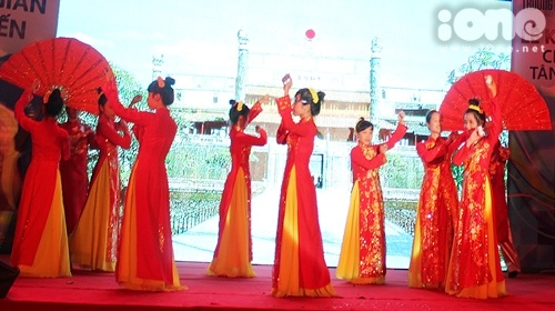 sinh viên các khoa đã có những màn biểu diễn thể hiện nét văn hóa độc đáo của từng vùng miền khác nhau. Mở đầu là bài múa Nhã nhạc cung đình Huế của sinh viên Quản trị kinh doanh.