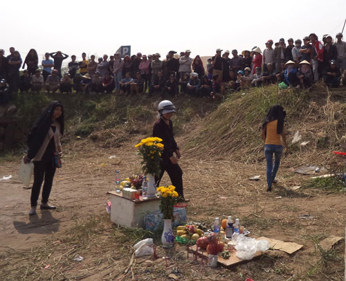 Người nhà chị Huyền vẫn mòn mỏi tìm xác người thân bên sông Hồng. Ảnh: VNExpress.