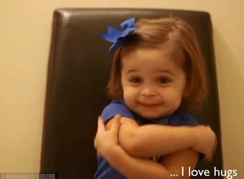 Cô bé thích những cái ôm bố dành tặng cho mình.