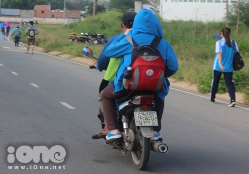 hu vực làng ĐHQG TPHCM (Linh Trung, Thủ Đức).Đoạn đường di chuyển từ kí túc xá hoặc trạm xe buýt đến các trường ĐH KHTN, ĐH KHXH&NV, ĐH Quốc tế& chỉ hơn 1km nhưng do tâm lí lười đi bộ, sợ nắng, sợ trễ giờ học nên rất đông sinh viên chọn xe ôm để làm phương tiện di chuyển.