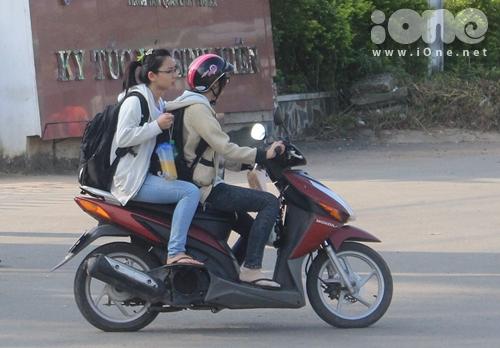 Nhiều trường hợp các bạn sinh viên tự điều khiển xe máy chạy với tốc độ cao và dù có mang theo mũ bảo hiểm nhưng không đội lên. Mặc dù biết đây là hành động nguy hiểm nhưng các bạn ấy vẫn thản nhiên đùa giỡn với tử thần.
