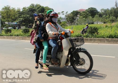 Chở ba người trên chiếc xe 50 phân khối tưởng chừng rất khó nhưng bạn nữ trong ảnh lại làm được điều này một cách dễ dàng.