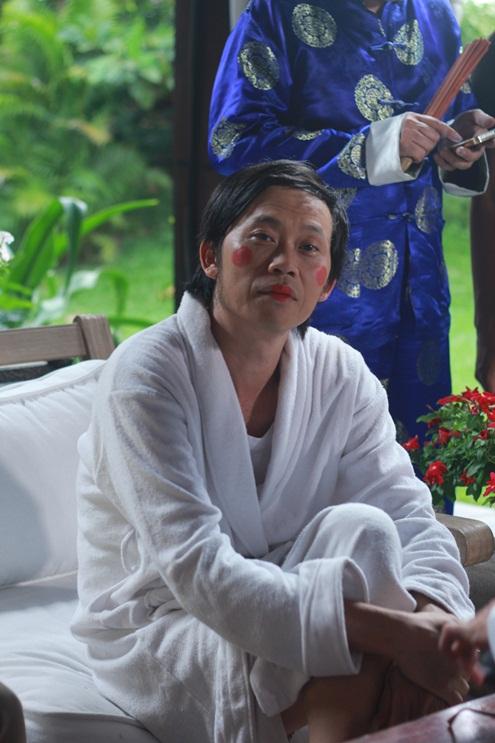 Tạo hình hài hước của Hoài Linh với hai má hồng, khoác lên mình chiếc áo rộng thùng thình ra sức diễn trò trong một quán trà đạo.