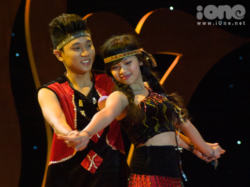 Đôi bạn Hoàng Nguyễn Lan Nhi và Lê Đăng Khoa những chàng trai, cô gái dân tộc Ê đê ở Tây Nguyên.