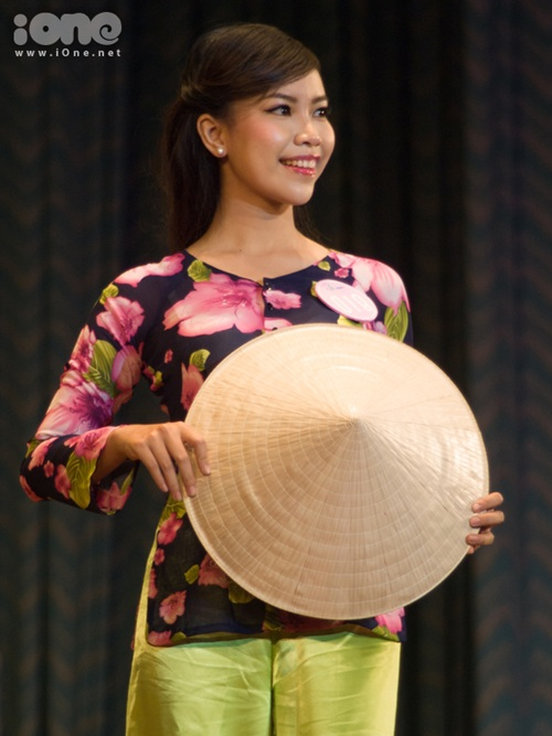 Nga chọn tà áo bà ba làm trang phục để trình diễn ở phần thi trang phục các dân tộc Việt Nam.