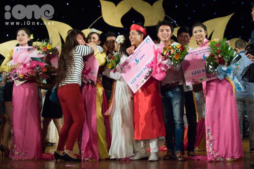 Niềm vui bạn bè òa vỡ trên sân khấu với những thí sinh đạt giải cao trong cuộc thi.