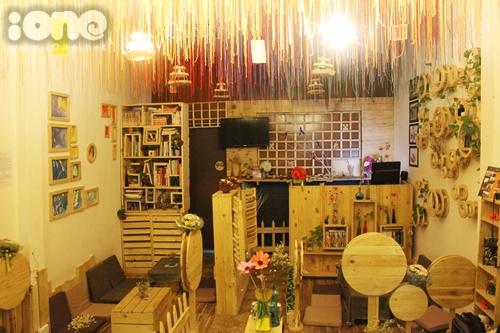 Mọt Café ẩn mình trong góc nhỏ vắng lặng trên đường đường Chu Văn An. Không gian của Mọt không lớn để đón nhiều khách cùng lúc. Bảy chiếc bàn nhỏ kê cạnh nhau tạo cảm giác ấm áp và chỉ cần một cái xoay người bất cẩn cũng có thể làm ngã những vật trang trí nhỏ xinh trong quán.