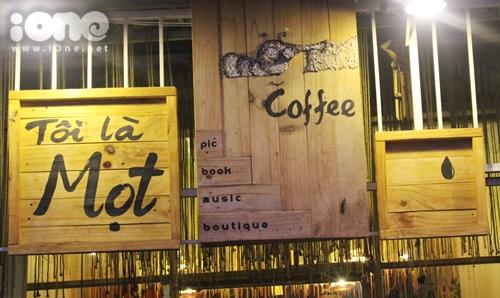 Mọt Café mở cửa từ 8h30 đến 22h30 hằng ngày. Nếu bạn là một mọt sách thực sự hay chỉ đơn giản là người yêu sự nhẹ nhàng, trầm lặng thì hãy đến H32B, Đường sồ 1, Chu Văn An, phường 26, quận Bình Thạnh để đóng cọc nhé!