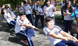 Teen Minh Khai 'lăn xả' kéo co mừng sinh nhật 100 tuổi