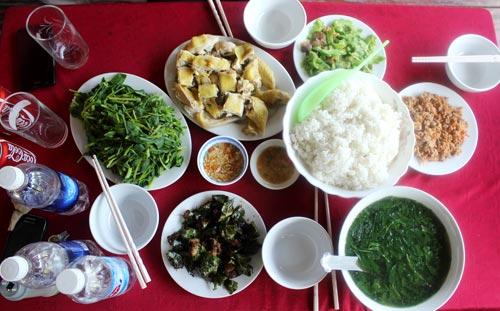 Bữa cơm ở nhà sàn, ngon và sạch, ăn rùi sẽ chẳng bao giờ quên.