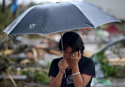 Một người phụ nữ không cầm được những giọt nước mắt kinh hoàng, sau khi cơn siêu bão Haiyan, với cấp gió lên đến hơn 300 km/h quét qua thành phố Tacloban, miền Trung Philippines và phá hủy toàn bộ cuộc sống của người dân nơi đây ngày 8/11 vừa qua. Thành phố với 200.000 dân này là nơi bị tàn phá nặng nề nhất do bão Haiyan. Con số tử vong lên đến hàng chục nghìn, biến thảm họa Haiyan trở thành nạn thiên tai lớn nhất lịch sử Philippines.