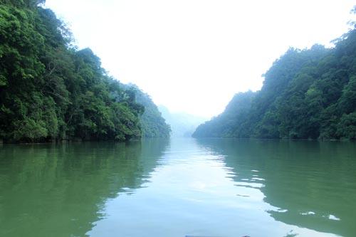 Hồ Ba Bể luôn trong xanh, mát lành quanh năm.
